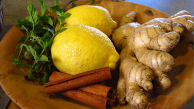 ¿Cómo preparar el té de jengibre y canela para calmar los gases estomacales y náuseas?